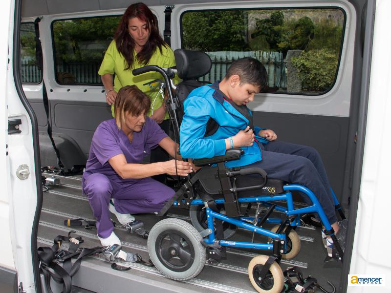 Servicio de transporte adaptado para personas con parálisis cerebral en AMENCER Aspace